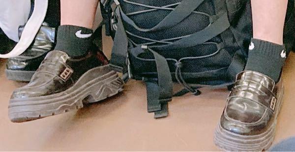 拾い画なんですけど、こういうローファー&スニーカーみたいな靴ってどういうジャンル?なんですか?こういうのあんま見たことないです(田舎だから?) あとこの靴知ってる人教えてください!よろしくお願いします!