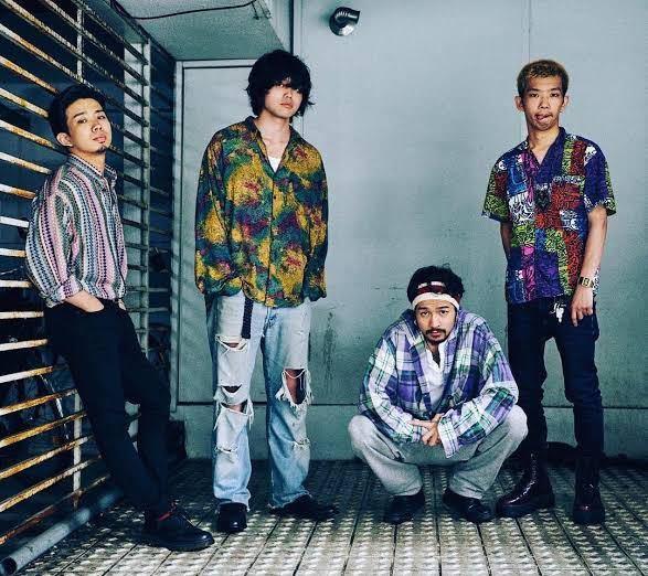 この写真で井口さんが履いてるダメージジーンズはどこのブランドのものか分かりますか?