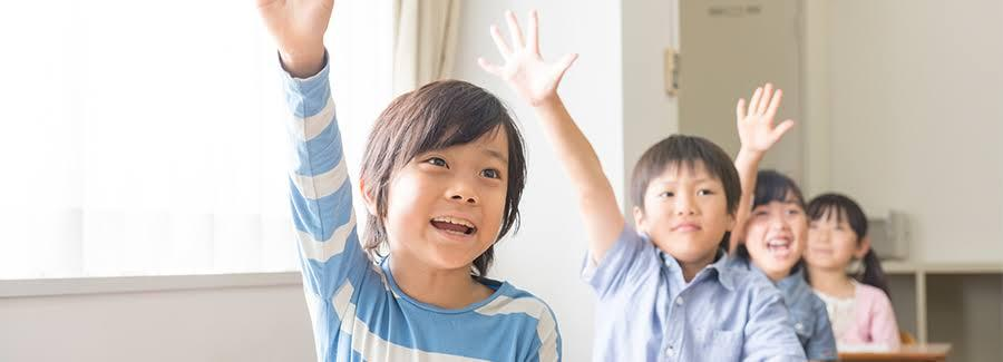 少年少女は何に手を挙げてる?