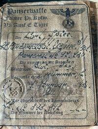 ドイツ語が読める方へ 下の写真は世界大戦時のドイツ軍の身分証のものですが、私はドイツ語がわかりませんので、何が書いてあるかわかりませんので、ドイツ語のわかる方に教えていただきたいと思います。  ※何が...