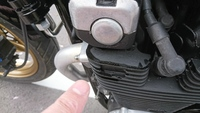 ゼファー400のエンジン(カムのところ?)にオイル滲みがありました。どのように対処すればよいでしょうか? ご教示を頂けましたら幸甚です。宜しくお願い致します。