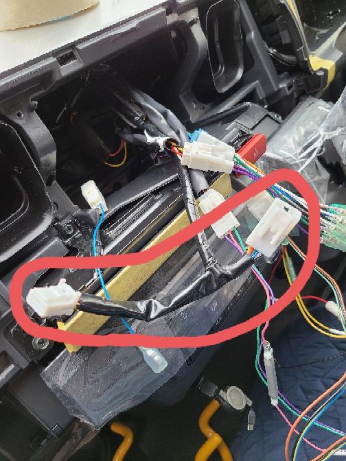 ハイエース 現行型 スーパーGLにナビを取り付けているのですが、この配線は何ですか? 車両側からTの字で出ていて、左右がオスメスになっており繋げることができます。