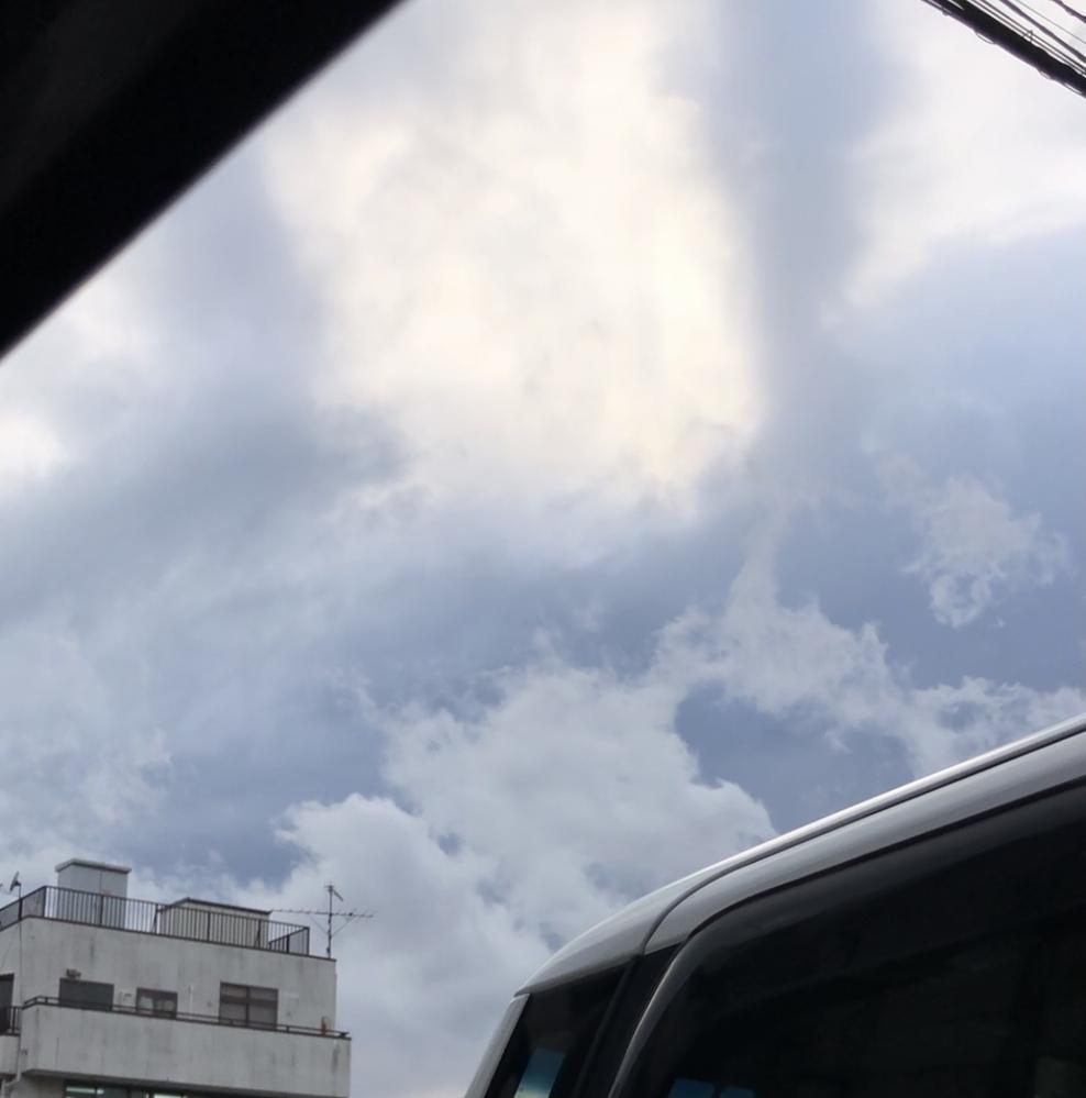 一服しながら空を見ていたら、、、奥に見えている黒い雲は右へ流れ、手前に見えている真っ白な雲は左へ流れているように見えました。 雲は全部同じ方向へと流れていると思っていたので不思議でした(´-`) 雲がある高度によって風の流れが違うからですか?