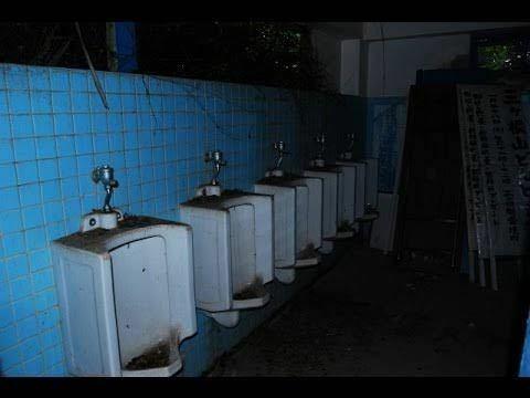 廃学校で肝試しをしていた際、万が一 もし背後から刃物を持った幽霊?変質者(人間)に追いかけられたら。 捕まったら確実に殺されます。 絶対絶滅のピンチ。 スマホは電池切れ。110番も出来ない。 逃げ場は教室、音楽室、この様な不気味なトイレの3箇所のみ。他の教室は施錠されていてドアは開かない。 1番安全な場所はトイレに隠れることだと思います。 教室は絶対見つかる。 音楽室は隠れる場所...