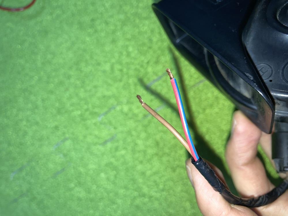 この茶色:赤青の配線はどちらがプラスでどちらがマイナスでしょうか? 製品はイタリア製の「fiammホーン am80s」です。 詳しい方、よろしくお願いします。
