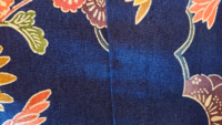 お分かりになる方いらっしゃいますか? いつもお世話になりますm(__)m 紅型小紋なのですが素材が分かりません。 全体的にコワゴワした手触りで紬の様でもあり綿の様でもあります。 お写真での判断は難しいとは思...