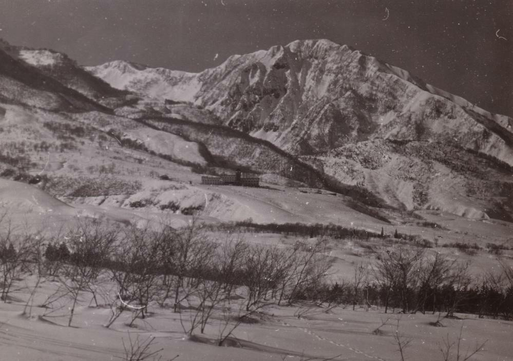 いつもお世話になっております。 ここに1枚の山の画像があるのですが、何という山かわかりまかでしょうか? 山にくわしいかたいらっしゃいましたらお教えください。 よろしくお願いします。
