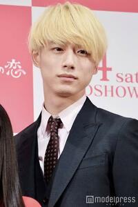 坂口健太郎さんのこのような髪色にするには、 ①何回ぐらいブリーチしないといけないですか? ②費用はどれくらいかかりますか? ③どれくらいで色が落ち、色が落ちたらどのような色になりますか? ④この髪色にするためにブリーチしたら痛いですか?髪の毛は痛みますか?  まだ一回も髪を染めたことはありません。教えてください。