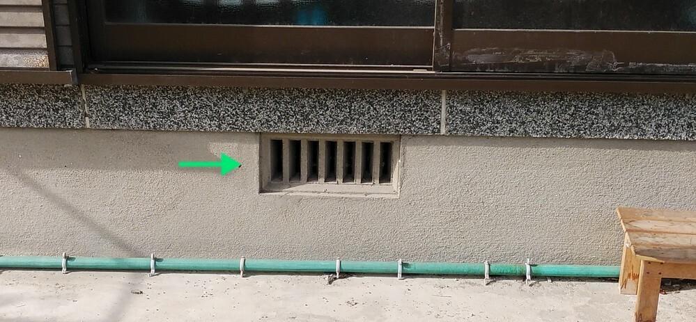この写真の緑の矢印の部分って何という名称なんでしょうか? しばらく花粉対策に外干ししていなかった間に、この部分に蜂の巣が出来てしまい業者に頼もうにも呼び方が分からず困ってます。 ちょうど、この部屋の上で犬を飼い始めているのでなるべく早く解決したいので御協力の程お願い致します。