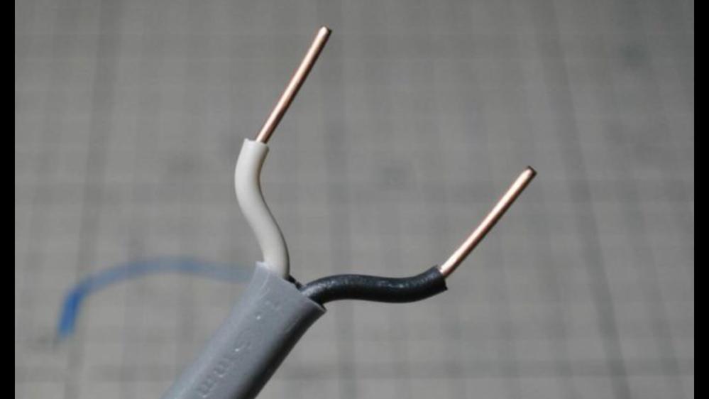 【電気工事・エフケーブル・輪作り・のの字】 全ての電気工事関係者の皆様教えて下さい。 写真を添付致します。これはインターネットで調べたエフケーブルを使用しての輪作りの写真です。2芯を使って行っているようです。使う道具はホーザンの多機能な皮むきペンチ?です。 それでは以下質問です。 Q1,先日、ニッパーのみで輪作りしてる人を現場で見ました。早すぎてなかなか分からなかったです。やり方が知りたいですが、資料がありません。あれば教えて下さい。もしなければ、文面だけでも良いのでコツを教えて下さい。 Q2,写真は2芯ですが、3芯の場合はどうしてますか?シースを向いた状態になると、チョット動かしただけで、それぞれ2枚目の絶縁体の皮がズレてしまいます。やはりシースを剥いたら、すぐY字にして両端の線を輪作りして最後に中線を輪作りするんですか? 以上です。宜しくお願い申し上げます
