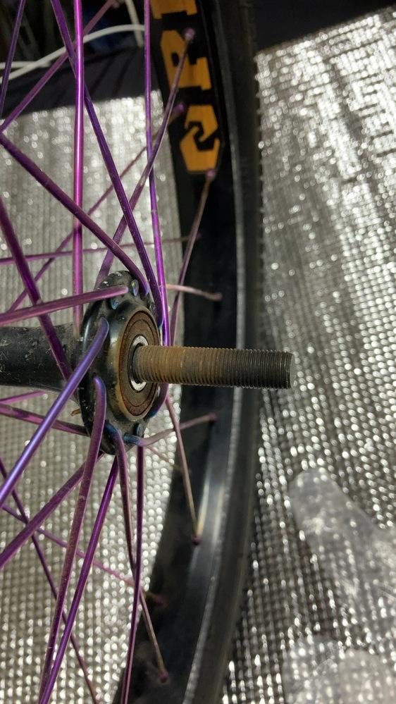 BMX フロントハブのオーバーホールをしたいのですが、軸の抜き方が分かりませんどうすれば抜けるのでしょうか?
