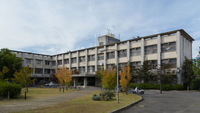 奈良県立大学って、校舎が高校のようにしか見えません。もしくは病院みたい。 何かの跡地 廃墟ぽいです。  レベル的に公立大学の底辺でしょうか? 県立ならもう少し地元が予算を組むべきではないでしょうか?