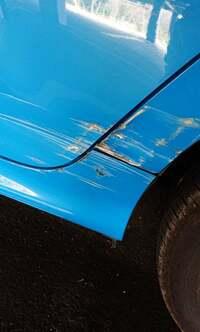 今朝車をぶつけてしまいました… このぐらいの傷の修理は軽く20万は超えてしまうのでしょうか? 車種はヤリスです