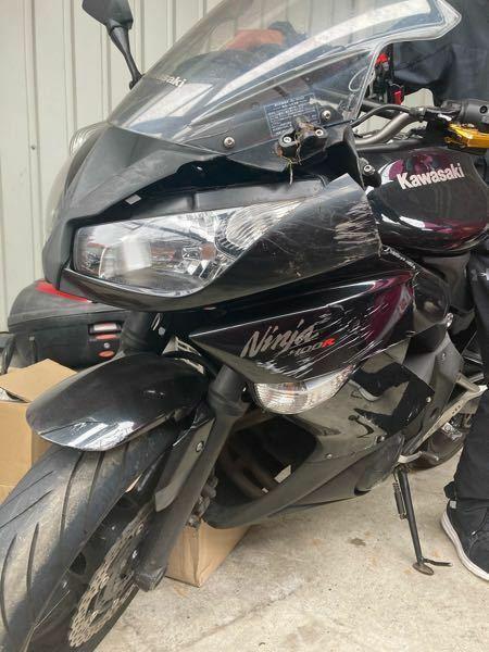 500枚】バイク事故で全損しました。(ninja400r) 修理代、ざっと50万と言われたのですが、どこをどう治せばそんなに金額が膨れるのか分かりません。 修理するということは傷ついたところ全て新品交換なのでしょうか? また、自分で治すとするならばどれくらいの金額でできますでしょうか? 破損部は、 ミラー折れ 左アッパーカウル割れ(これは交換するつもり) フロントフォーク歪み フロント...