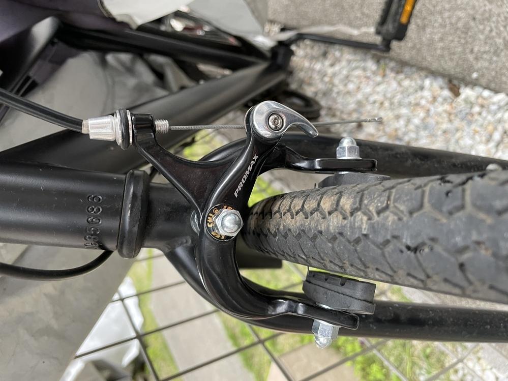 自転車ド素人です。安価なロードバイクを息子用に購入したのですが、3ヶ月で後ろブレーキ、半年で前ブレーキの不具合。 よく調べてみると、プロマックスというメーカーのキャリパーブレーキが使われているようで、効きが悪いなどあまり評判が良くないので、シマノ製のものに取り替えたいと思っているのですが、どのブレーキがオススメですか?また、取り付け可能な種類などアドバイスお願いします。