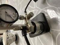エアブラシというものを友達からもらったのですが、空気圧の調整の仕方がわかりません。このふたつのネジはどのようにつかうのでしょうか?
