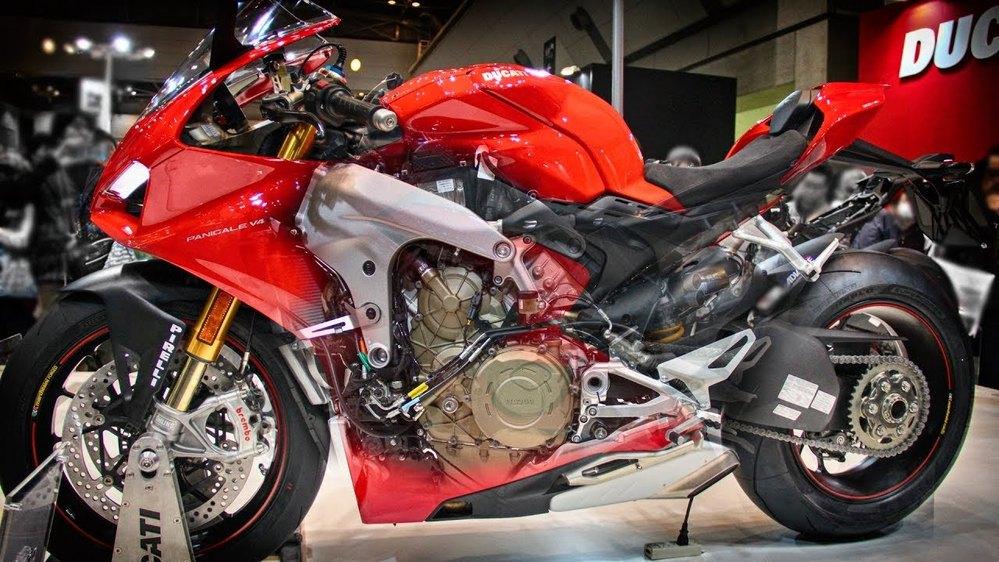 なぜホンダのスーパースポーツは並列4気筒なのですか。 ・・・・・・・・・・・・・・・・・・・・・・・・ CBR1000RR-Rのことなのですが。 ホンダはドヤ顔でCBR1000RR-Rはmotogpからの技術で作られたと語りますが。 motogpのホンダはV型4気筒ですが。 なぜホンダはV型4気筒のスーパースポーツにしないのですか。 と質問したら。 V型は音がダサいから。 V型は人気がないから という回答がありそうですが。 ですがドゥカティもアプリリアもKTMもスーパースポーツはV型ですが。 それはそれとして。 ドゥカティですらL型を止めてV型になったのに。 なぜホンダは並列を止めてV型にしないのですか。