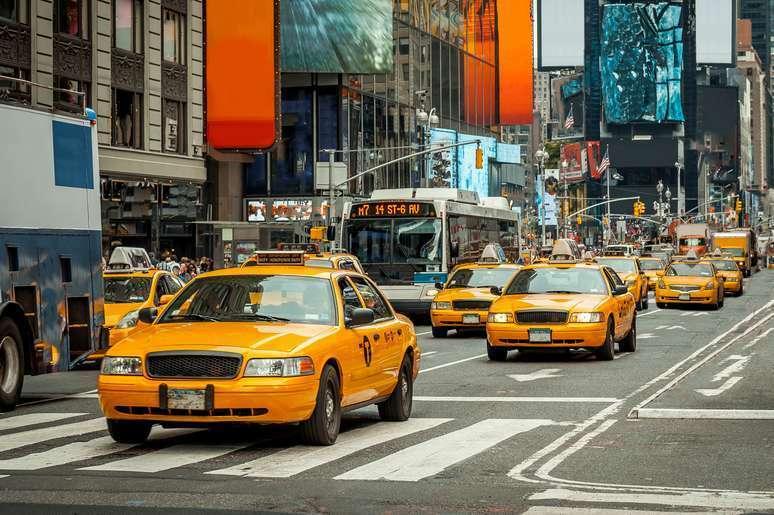 下記の三つの表現の意味の違いは何ですか? (1)halt a taxi (2)flag (down) a taxi (3)hail a taxi