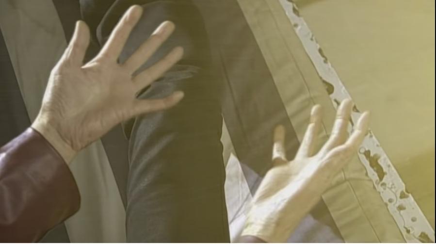 『謎の黒服の青年が放つ光を浴び、老化していた体が元に戻る葦原』 数あるアニメや特撮作品の中で「自分は敵であるはずが、なぜか悪の親玉に助けられた人物」と聞き、あなたはだれを思い浮かべましたか?