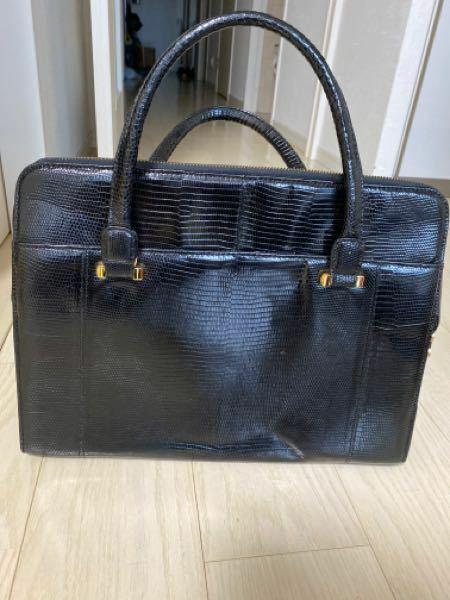 このバッグを叔母から譲り受けました。かなり高価なものらしいのですが、ブランド名がわかりません。ご存知の方教えてください。