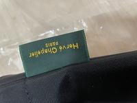 エルベシャプリエの1027の外側にあるグリーンのタグが曲がっているのですが偽物ですか?通販で買いました。 タグが大きい気もします。個体差はあるのでしょうか?