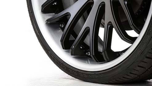 扁平タイヤて空気の代わりにゴムでもいいのでは。 ・・・・・・・・・・・・ 昔は60の扁平タイヤでドヤ顔になれましたが。 今では純正装着でも40の扁平タイヤですが。 今はカスタムでは30や20の扁平タイヤでないとドヤ顔になれないそうですが。 ・・・・・・・・・・・・ 30や20の扁平タイヤはともかくとして。 40扁平タイヤくらい薄かったら空気の代わりにタイヤと同じゴムでいいのでは。 こんなに薄かったら空気を入れる意味がないと思うのですが。 ゴムだったらパンクする心配もなくなると思うのですが。 と質問したら。 重くなる。 操縦性が悪くなる。 乗り心地が悪くなる。 という回答がありそうですが。 確かに重くなりますが。 ですがあれだけ薄ければ微々たる重量なのでは。 ・・・・・・・・・・・ 確かに操縦性が悪くなるかも知れませんが。 ですがタイヤの剛性が上がってコーナーリングは速くなるのでは。 ・・・・・・・・・・・ 確かに乗り心地が悪くなりますが。 ですがそもそも扁平タイヤて乗り心地が悪いと思いますけど。 それはそれとして。 40扁平タイヤだったら空気の代わりにタイヤが丸々タイヤのゴムでいいのでは。 丸々ゴムなら空気圧のチェックをしなくていいし。 パンクもしないしと思うのですが。