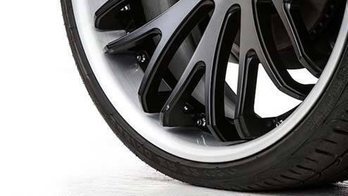 扁平タイヤて空気の代わりにゴムでもいいのでは。 ・・・・・・・・・・・・ 昔は60の扁平タイヤでドヤ顔になれましたが。 今では純正装着でも40の扁平タイヤですが。 今はカスタムでは30や20の扁平タイヤでないとドヤ顔になれないそうですが。 ・・・・・・・・・・・・ 30や20の扁平タイヤはともかくとして。 40扁平タイヤくらい薄かったら空気の代わりにタイヤと同じゴムでいいのでは。 こんなに薄...