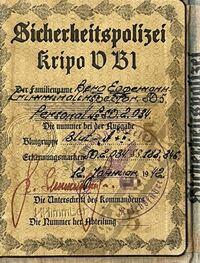 ドイツ語が読める方へ 下の写真は世界大戦時のドイツ軍の身分証のものですが、私はドイツ語がわかりませんので、何が書いてあるかわかりませんので、ドイツ語のわかる方に教えていただきたいと思います。 ※何が書いてあるか知りたいだけで ナ○スを賛美する意図は一切ありません。