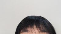 縮毛矯正かけて前髪作ってもらったんですが、画像のように上の方だけ厚くて下の方は薄いんです。 全部同じ量にすることはできないのでしょうか   あとアイロンについてなのですが前髪を巻く時はやっぱりストレートアイロンの方がいいのでしょうか 家にカールアイロンしかありません