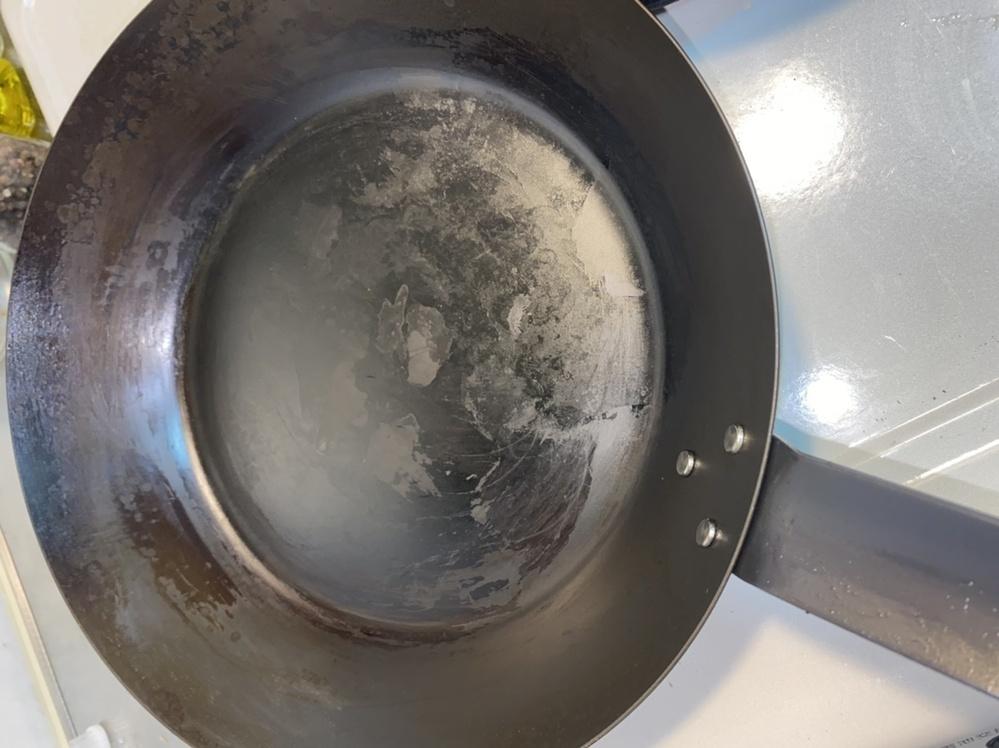 無印で鉄のフライパンを購入しました。 油慣らし、油返しをしてから 炒飯を作ってみたのですが、 終わったあと、茶色のシミのような 汚れがついてしまいました。 重合油膜でしょうか? 焼き付けて、たわしとお湯で擦っても取れません…。 爪で擦っても取れなくなってきました…。 初日からこんなんで、もう挫けそうです。 どうすればよいのでしょうか?