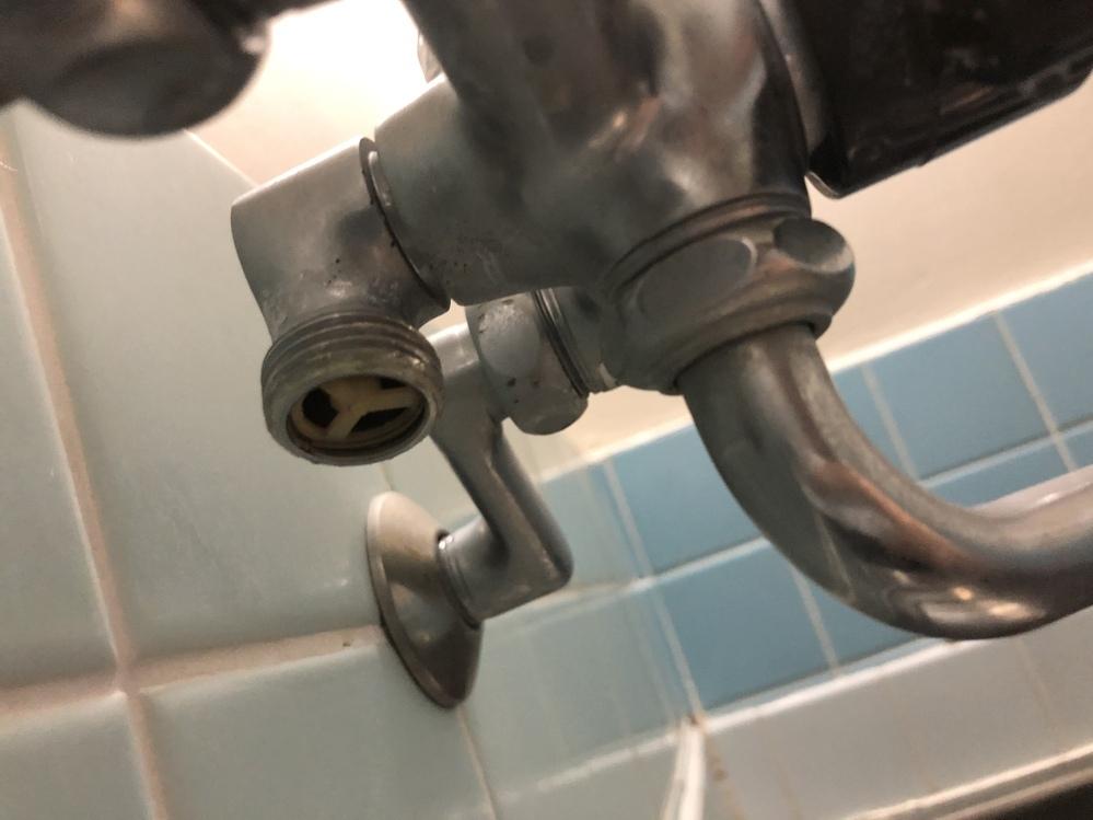 シャワーホースの質問です。 築50年の浴槽の蛇口なのですが、シャワーヘッドの規格がホースと合わずシャワーを付け替えようと思っています。 写真はホース口ですがら市販のシャワーホースが合うのかが不安です。 詳しい方教えて下さい。