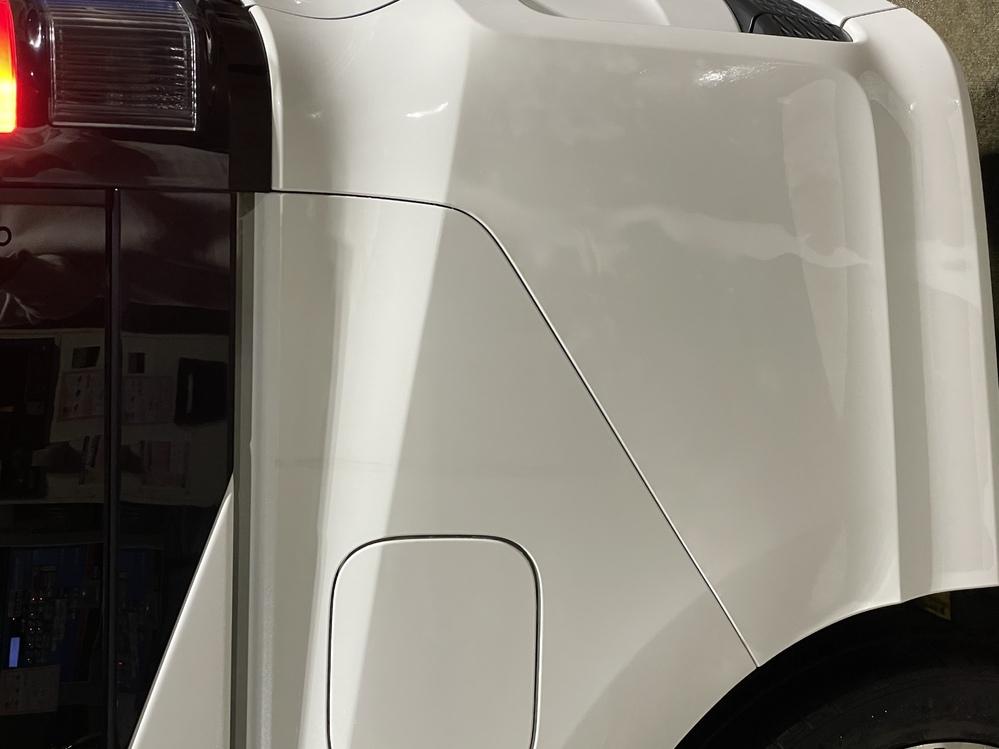 これは何の跡でしょうか? 洗車後、拭き上げをしている際に気付きました。 車は今年の2月に買い替え(中古・無事故車・3年落ち) 10万少しかけてポリマー加工をしてもらいました。 購入後初めて洗車をしました。 気になったのが、黒い涙(水垢の跡?)は洗車をしただけで綺麗に消えたのですが、この跡の近く(給油口)だけは拭いても落ちませんでしたので、何かポリマーの関係でしょうか… 左の後ろだけ掛け忘...