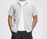 高級レストランでの男性のドレスコードについて質問です。  「軽装(Tシャツ、短パン、サンダル等)でのご入店はご遠慮頂いております。 男性のお客様はジャケット 又は 襟付きシャツのご着用をお願い致します。」  と書かれているのですか、写真の襟付きのリネンシャツ(ボタンは閉めます)と、黒い長ズボンと革靴で大丈夫でしょうか?  (当方、汗っかきの上、テイラードジャケットを持ち合わせてお...