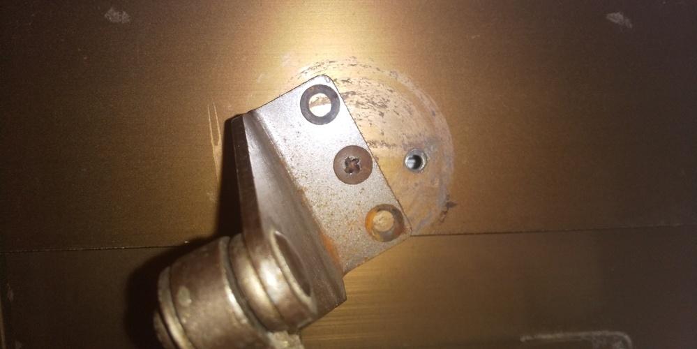 玄関のドアクローザーを交換しようとしたら、くぎのネジ穴が潰れネジが外れません。どなたか、どうすればネジがはずせるか教えて下さい。 本当に困ってしまいました。助けて下さい。