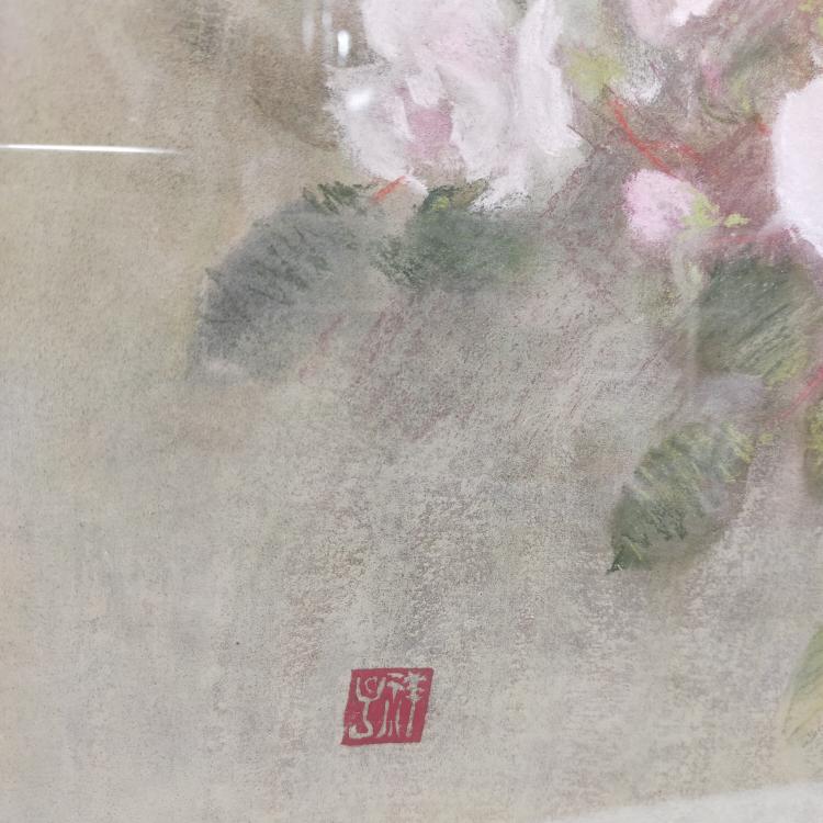 この絵の作者 分かりませんか? 倉庫から花の絵が出てきました。 絵の裏をみてもサインなど無かったので写真の落款?ぐらいしか手がかりはありません。 詳しい方よろしくお願いします。