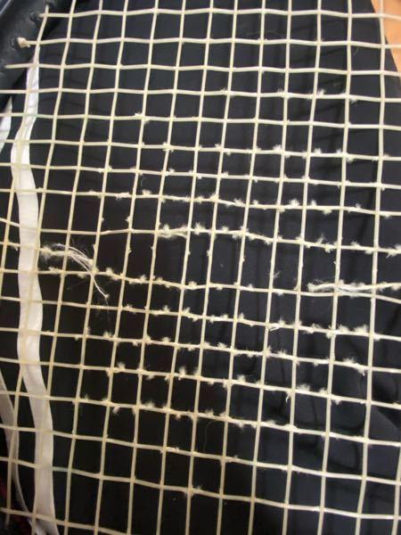 これは何が原因ですか? 歴1年、ガット張ってから3ヶ月たたないくらい 硬式テニス ラケット