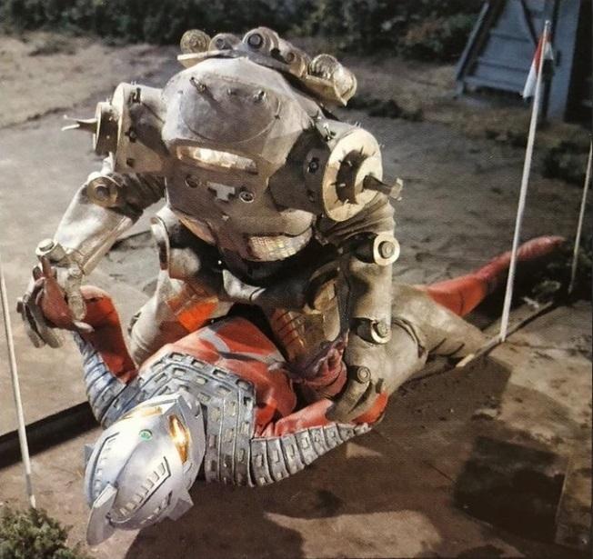 ウルトラマンシリーズで馬乗り(仰向けに倒れたウルトラ戦士に怪獣または宇宙人が上)といえば、なんでしょう? やはりキングジョーでしょうか?