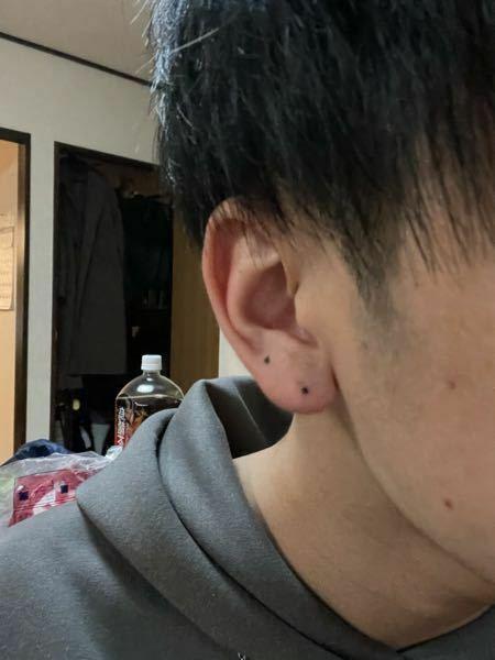 ピアス開けたいです 2連開けようと思うのですが 僕は福耳で位置がよく分かりません この位置へんですか? 画像反転されてますが左耳です