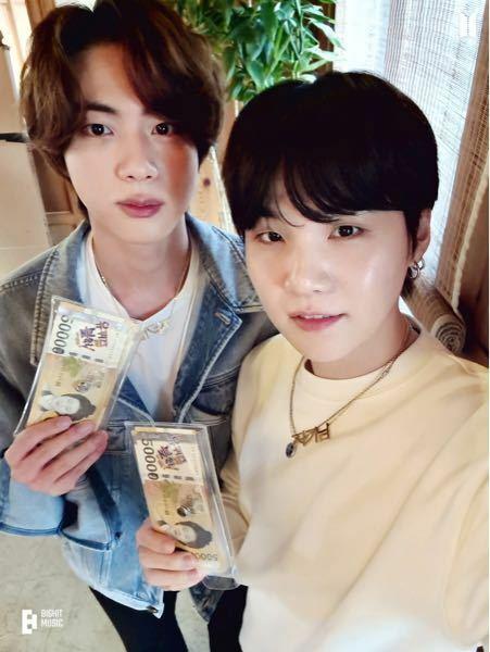 BTSのユンギとジンくんの写真です。 このネックレスの韓国語なんて書いてありますか?