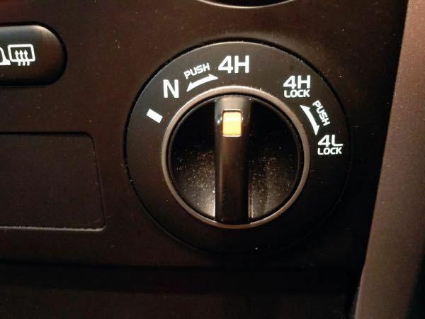 車の機能について 写真の機能の使い方が分かりません。説明書は見たのですがよく分からず…。 この位置のまま走っていますが問題ないでしょうか? また、どんな時にどこの位置に合わせて使用するのでしょうか? 使い方をご存知の方ぜひご教示下さい。 SUZUKI エスクード 10年くらい前の車