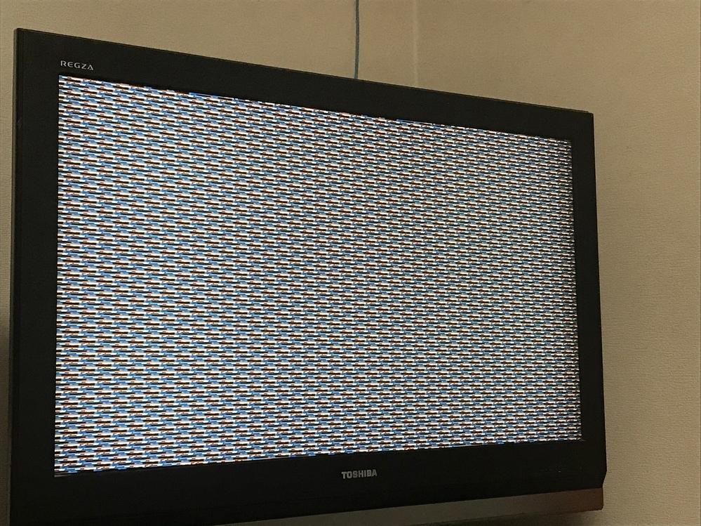 テレビで録画したものを見ようと、HDMI3に切り替えるとこのような画面になっておりました。 音は聞こえるのですが、色んなボタンを押しても画面はこのままです。 テレビ自体は普通に見れます。どうしたら良いでしょうか?何かテレビに詳しい方がありましたら、よろしくお願い致します。