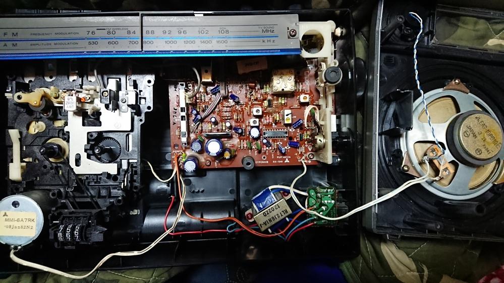 RX-1540と言う古いラジカセを実家で見つけて、 子供の頃に親が使ってたなと懐かしくなって電源入れてみた所ラジオもカセットも音が出なかったのですがスピーカーがかろうじてノイズっぽい音出ていたので電源SWと音量SWや音質SWをパーツクリーナーかけてラジオはとりあえず音出る様にはなったのですが(調整はしていないので極少数の局しか受信出来てない)、 カセットは再生SW押しても音が出ません。 再生、早送り、巻き返し等機械は多分正常に動いているのですが。 このサイトや様々なサイトを参考に、多分ヘッドと言う所(回転する所の上側3つの部品)を綿棒とパーツクリーナーで掃除してみたのですが、やはり音が出ませんでした。 どこか部品が壊れていて素人では修理難しいですか? また、ラジオを少しでも良い音で聞きたいのでスピーカーを交換しようとも考えているのですが、 3Ωかそれに近いΩのスピーカーに変えて音質良くなりますか?40年前のスピーカーと最近とは言わないまでも10年くらい前のスピーカーなら性能が違う気がするので。 アンプも変えなければいけないなら、どれがそのアンプでどう言うのに変えれば良いのかも教えて頂けると助かります。