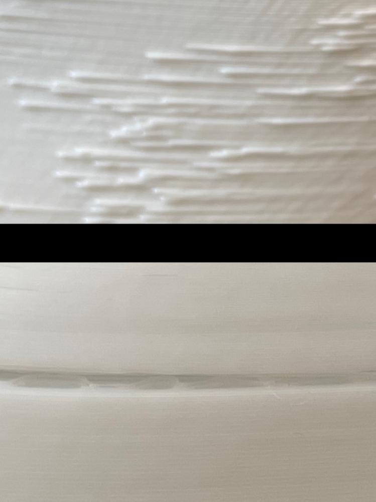 3Dプリンターで現在2つ問題が発生しています。1つ目は、ある層だけフィラメントが出ていないのか、ひび割れた状態になってしまう(Ender3)。 2つ目は、各層の出力開始地点のフィラメントがはみ出ているのか、壁面が汚い(Tronxy X5SA)。言葉だけでは伝わりづらいので、添付した画像を参照して下さい。スライサーはcuraを使っています。もし原因と対処法が分かる方がおられましたら、教えてくださると幸いです。