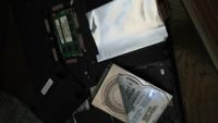 パソコンのハードディスクを破壊しようとしています。 ここまで分解出来ました。 この後どうしたらいいですか? それから、銀色のアルミの横の緑色の四角い物は、そのまま触らなくていいですか? 教えてください...