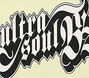 B'z の楽曲『ultra soul』についての質問です。 私が幼少期(2008年以前)に聴いていたものだと曲の最後が 「ウルトラ ウルトラ ウルトラソウル \ハイ!/ 」 になっていた(と思う)のですが、先日音楽配信サイトで購入した音源は 「ウルトラソウル \ハイ!/ 」(ウルトラの数が1個) になっていました。 ウルトラが3個ある『ultra soul』の音源は存在するのでしょうか? B'zに詳しい方、回答よろしくお願いいたします。