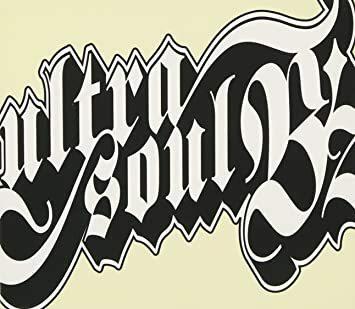 B'z の楽曲『ultra soul』についての質問です。 私が幼少期(2008年以前)に聴いていたものだと曲の最後が 「ウルトラ ウルトラ ウルトラソウル \ハイ!/ 」 になっていた(と思う)のですが、先日音楽配信サイトで購入した音源は 「ウルトラソウル \ハイ!/ 」(ウルトラの数が1個) になっていました。 ウルトラが3個ある『ultra soul』の音源は存在するのでしょうか? B'