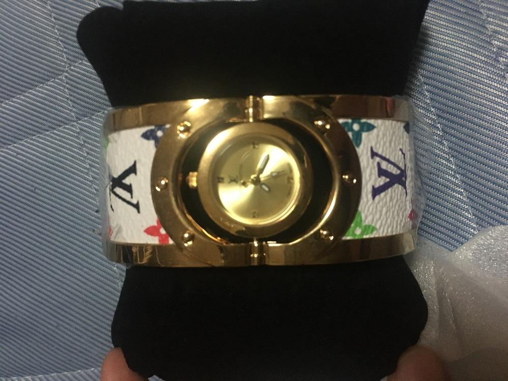 ブランド品に詳しい方教えてください! 叔母に時計を貰ったのですが、ヴィトンなのは分かりますが検索しても一緒のものが出てきません。。 ニセモノでしょうか?分かる方教えてください