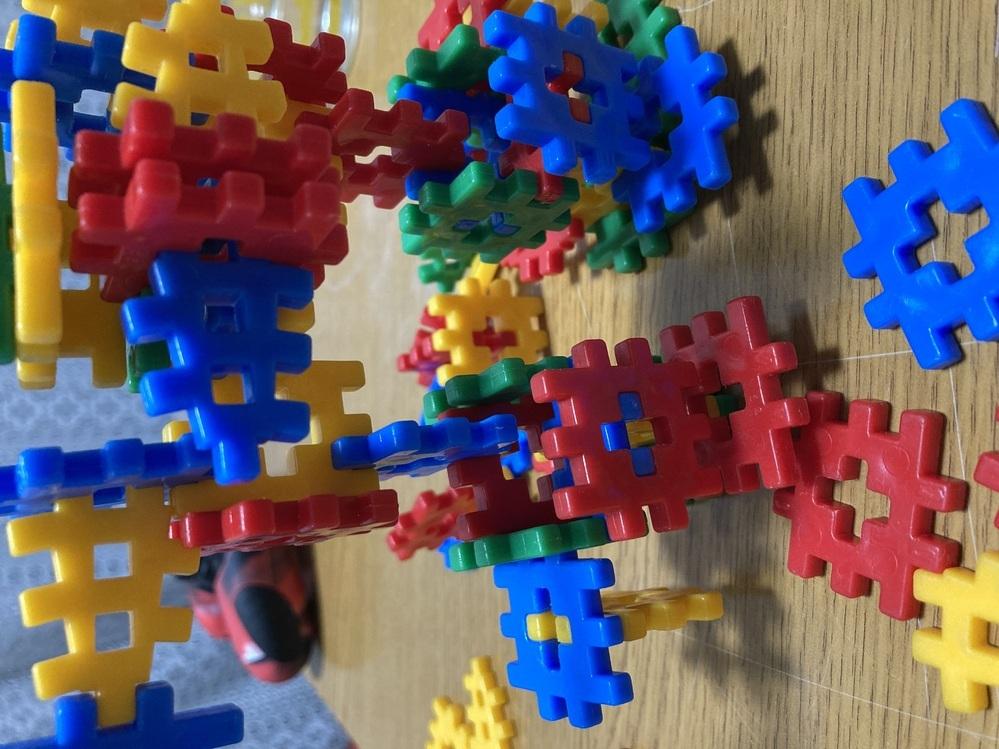20年ほど前のおもちゃなのでもう販売はしてないと思うのですが、、追加で弟にプレゼントしたいので、 名前がわかる方がいたら教えていただけたら助かります。 検索してもわからず困っているのでお手をお貸ししていただけないでしょうか。 #知育玩具 #ブロック