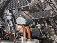 自作PCに関して、CPUグリスの量ってこのくらいで妥当でしょうか? 塗ってクーラーを押し付けた状態です。