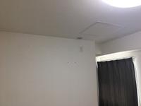 エアコンの取り付けについて質問です。 最近引っ越して、リビングには引っ越し前に使用していたエアコンを 引っ越し時に取り付けてもらいました。  別部屋が6帖あり、寝室に使っています。 入居時に壁にねじ穴などの後が残っていたので そちらもエアコンが取り付け可能かと勝手に考えていました。  ですが、寝室には窓はあるんですが開閉不可のガラス窓で 外に室外機などは設置できません。  「でも前の住人は取...